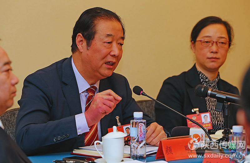 出席全国政协十三届一次会议的委员们在各界别小组会议上认真讨论。    记者 肖晓良摄
