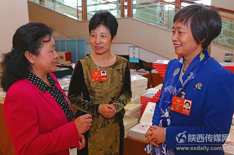 出席全国政协十三届一次会议的委员们在会议间隙分享履职感受。   记者 肖晓良摄
