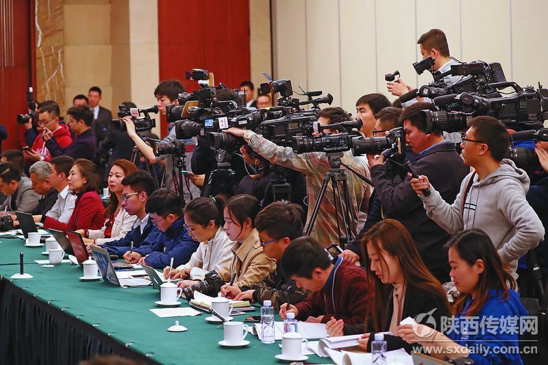 在代表团开放日,陕西代表团受到众多省内外媒体关注。    记者 宋红梅摄